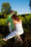 Paar op fiets royalty-vrije stock afbeelding