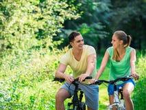 Paar op fietsen Stock Foto's