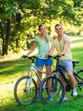 Paar op fietsen Stock Fotografie