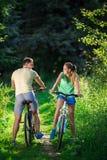 Paar op fietsen Royalty-vrije Stock Afbeeldingen
