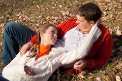 Paar op gras Stock Afbeelding