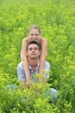 Paar op groene gebieden 2 Royalty-vrije Stock Afbeelding
