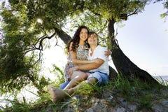 Paar op het eiland onder de boom Stock Foto