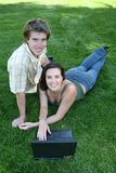 Paar op het Gras stock foto's