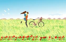 Paar op het rietgebied dat wordt gekoesterd Er zijn een fiets aan de kant en een berg op de achtergrond stock fotografie