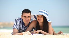 Paar op het strand stock footage