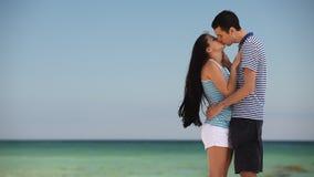 Paar op het strand stock videobeelden