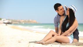 Paar op het strand stock video