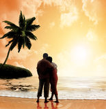 Paar op het strand bij zonsondergang Royalty-vrije Stock Afbeelding
