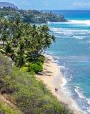 Paar op het strand in Honolulu Stock Afbeelding