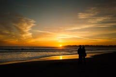 Paar op het strand - Stinson-Strand, Californië Royalty-vrije Stock Afbeelding
