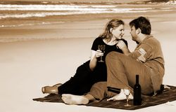 Paar op het zandige strand royalty-vrije stock foto