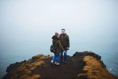 Paar op Heuvel door het Overzees van IJsland stock fotografie