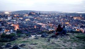 Paar op heuvel in Edinburgh Stock Afbeeldingen