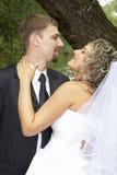 Paar op hun huwelijksdag Stock Foto's