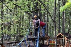 Paar op kabel het beklimmen Stock Afbeelding