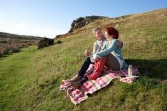 Paar op landpicknick Stock Foto's
