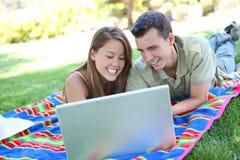 Paar op Laptop in Park stock afbeelding