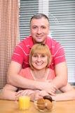 Paar op middelbare leeftijd in de keuken stock foto