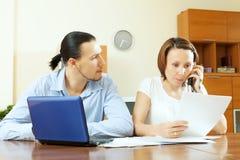 Paar op middelbare leeftijd met financiële documenten Royalty-vrije Stock Foto