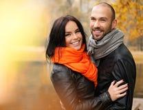 Paar op middelbare leeftijd in openlucht op de herfstdag royalty-vrije stock foto