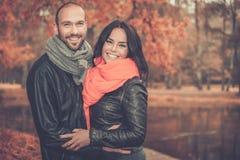 Paar op middelbare leeftijd in openlucht op de herfstdag stock foto