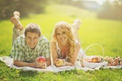 Paar op picknick Stock Foto's