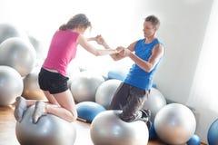 Paar op pilatesballen Stock Fotografie