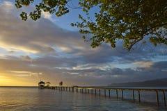 Paar op ponton bij zonsondergang Stock Foto's
