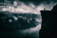 Paar op Preikestolen-fjord Royalty-vrije Stock Afbeelding
