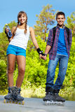 Paar op rolschaatsen Stock Foto's