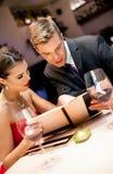 Paar op romantisch restaurant stock foto's