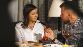 Paar op romantische datum Paar in Liefde het Omhelzen en het Drinken wijn in Koffie stock videobeelden