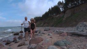 Paar op rotsachtig strand stock footage