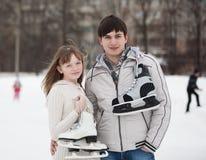 Paar op schaatspiste in openlucht. royalty-vrije stock fotografie