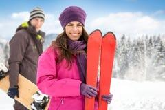 Paar op skivakantie stock foto's