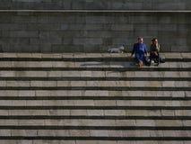 Paar op stappen van het monument van Wellington, het Park van Phoenix, Dublin royalty-vrije stock foto's