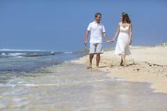 Paar op strand Stock Afbeeldingen