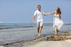Paar op strand stock fotografie