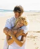 Paar op strand. stock afbeelding