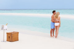Paar op Strand met Luxe Champagne Picnic royalty-vrije stock fotografie
