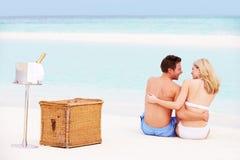 Paar op Strand met Luxe Champagne Picnic royalty-vrije stock foto's