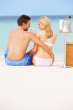 Paar op Strand met Luxe Champagne Picnic royalty-vrije stock foto