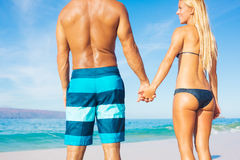 Paar op Sunny Beach Vacation Stock Afbeeldingen