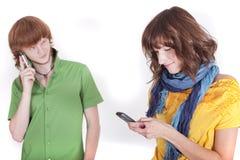 Paar op telefoon Stock Afbeelding