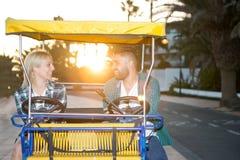 Paar op toeristische kar in de avond Stock Fotografie