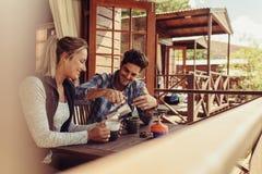 Paar op vakantie die koffie in ochtend hebben royalty-vrije stock afbeeldingen