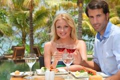Paar op vakantie in luxetoevlucht Stock Foto's