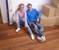 Paar op vloer met dozen Stock Foto