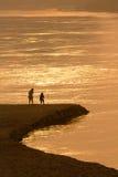 Paar op vreedzaam strand Stock Afbeeldingen